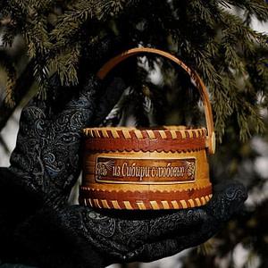 Korzinka iz beresty Iz Sibiri s lyubovyu malaya 300x300 - Самые интересные подарки из Сибири: где их искать?